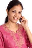 Junge Frau, die auf Mobiltelefon spricht Stockfotos