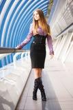 Junge Frau, die auf moderne Brücke geht Stockfotografie