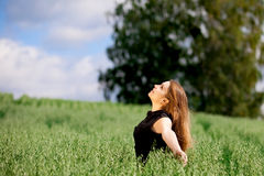 Junge Frau, die auf Natur sich entspannt. lizenzfreie stockfotos