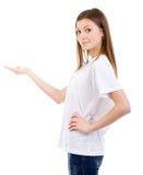 Junge Frau, die auf offenen Raum zeigt Lizenzfreies Stockbild