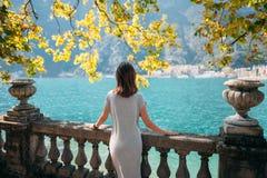 Junge Frau, die auf schönem Garda See sich entspannt stockfoto