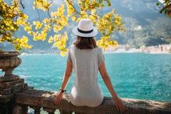 Junge Frau, die auf schönem Garda See sich entspannt lizenzfreies stockbild