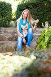 Junge Frau, die auf Steinjobsteps sitzt Stockfotos