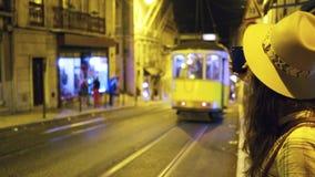 Junge Frau, die auf Straße nachts geht stock video
