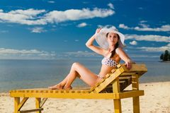 Junge Frau, die auf Strand sich entspannt Stockbilder