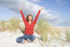 Junge Frau, die auf Strand sich entspannt lizenzfreie stockbilder