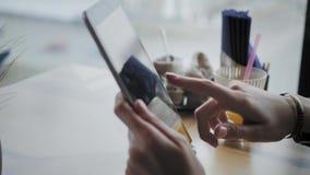 Junge Frau, die auf Tablet-Computer, Plaudern, bloging schreibt Freiberuflerarbeit in Caf? modernem Coworking Erfolgreiche Leute stock video