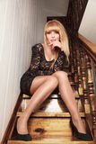 Junge Frau, die auf Treppen sitzt Stockfotos