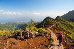 Junge Frau, die auf Weg zu Pico Ruivo, höchste Erhebung von Madeira-Insel, Portugal wandert Stockfotos
