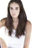 Junge Frau, die auf weißem backgrond lächelt Lizenzfreies Stockbild