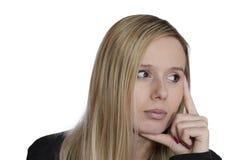 Junge Frau, die auf weißem Hintergrund denkt Stockbild