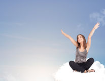 Junge Frau, die auf Wolke mit Kopienraum sitzt Lizenzfreie Stockbilder