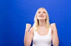 Junge Frau, die aufwärts schaut Lizenzfreie Stockbilder
