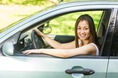 Junge Frau, die Auto antreibt stockfotografie