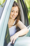 Junge Frau, die Auto antreibt stockfoto
