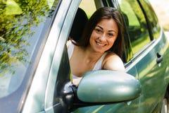 Junge Frau, die Auto antreibt lizenzfreie stockfotografie