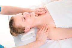 Junge Frau, die Badekurort Hauptbehandlung, Massagenahaufnahme erhält stockfoto