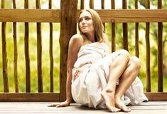 Junge Frau, die Badekurorthotelrücksortierung genießt Lizenzfreies Stockfoto