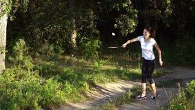 Junge Frau, die Badminton spielt stock footage