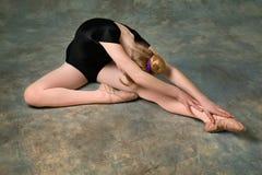 Junge Frau, die Ballettausdehnung tut Lizenzfreie Stockbilder