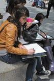 Junge Frau, die in Barcelona skizziert Lizenzfreie Stockfotografie