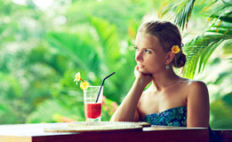 Junge Frau, die beim Cocktail liegt lizenzfreie stockfotografie