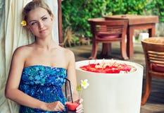 Junge Frau, die beim Cocktail liegt stockfoto