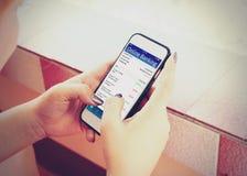 Junge Frau, die bewegliches Bankwesen mit Smartphone verwendet Lizenzfreie Stockfotos