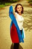 Junge Frau, die Blau und rote Fahne hält Stockbilder