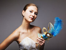 Junge Frau, die blaue Karnevalsschablone trägt Stockbild