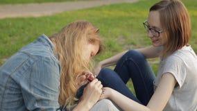 Junge Frau, die Blumen-mehendi auf einer Hand unter Verwendung des Hennastrauches macht stock video footage