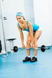 Junge Frau, die Bodybuilding in der Turnhalle tut Lizenzfreie Stockbilder