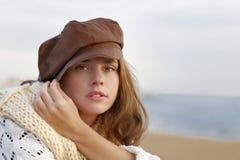 Junge Frau, die braunen Kepi trägt stockfotografie