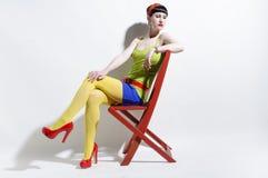 Junge Frau, die bunte Kleidung trägt Lizenzfreie Stockbilder