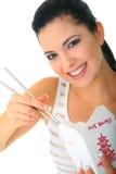 Junge Frau, die chinesische Nahrung isst Lizenzfreie Stockbilder