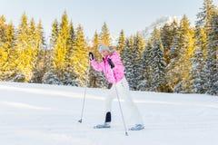 Junge Frau, die Cross Country-Skifahren genießt stockfoto