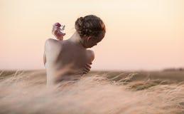 junge Frau, die das Aroma des Parfüms genießt Lizenzfreie Stockfotografie