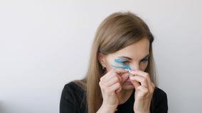 Junge Frau, die das Aufnehmen um die Augen zu verjüngen tut stock video