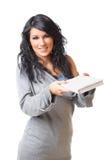 Junge Frau, die das Buch auf weißem Hintergrund gibt Stockfoto