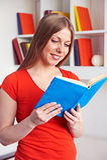 Frau, die das Buch liest Stockfoto