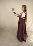 Junge Frau, die das Glas untersucht Stockfotografie
