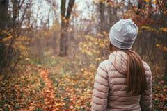 Junge Frau, die das Holz gegenüberstellt Lizenzfreie Stockfotos