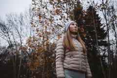 Junge Frau, die das Holz gegenüberstellt Lizenzfreies Stockfoto