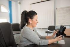 Junge Frau, die das Internet auf digitaler Tablette grast, wenn r getroffen wird Lizenzfreies Stockbild