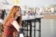 Junge Frau, die das Meer betrachtet lizenzfreies stockbild