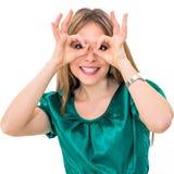 Junge Frau, die das OKAYhandzeichenlächeln glücklich zeigt lizenzfreie stockfotos