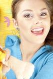 Junge Frau, die das Spaßspielen hat Lizenzfreie Stockbilder