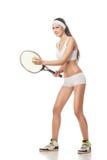 Junge Frau, die das Tennis lokalisiert auf Weiß spielt Stockfoto
