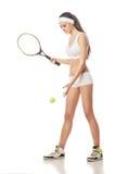 Junge Frau, die das Tennis lokalisiert auf Weiß spielt Stockfotografie
