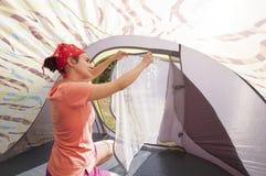 Junge Frau, die das Zelt vereinbart Lizenzfreies Stockbild